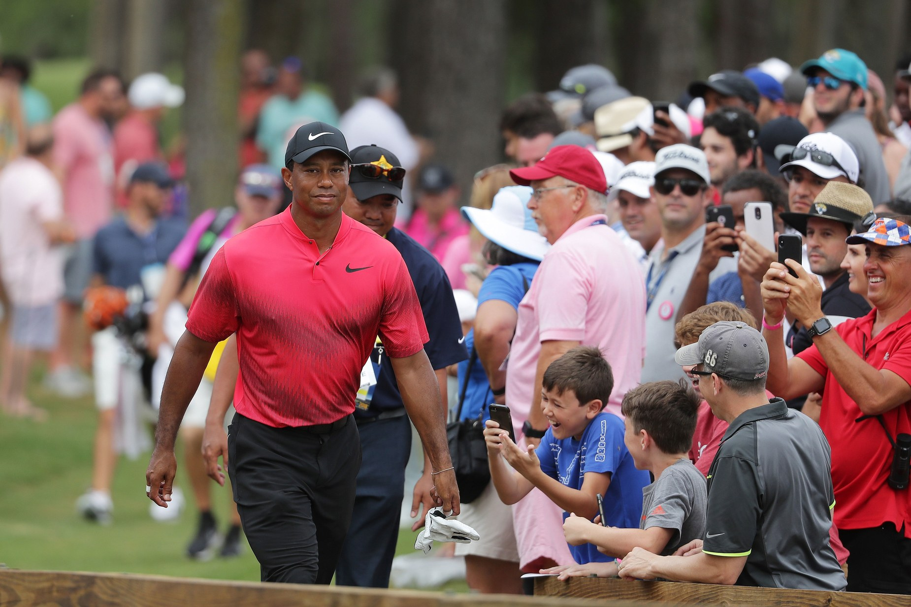 tiger-woods-players-2018-sunday-walking-by-crowd